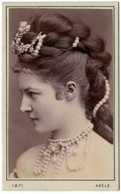 : 1871 Hair and jewels From Thehystericalsoci.: 1871 Hair and jewels 1800s Hairstyles, Victorian Hairstyles, Vintage Hairstyles, Historical Hairstyles, Ladies Hairstyles, Victorian Photos, Antique Photos, Vintage Photographs, Victorian Era