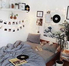 Room Inspo The Basics of Aesthetic Room Bedrooms The Basics Of Aesthetic Room Bedr Uni Room, Cute Room Ideas, Wall Ideas, Doorm Room Ideas, Room Goals, Aesthetic Room Decor, Aesthetic Space, White Aesthetic, Aesthetic Girl
