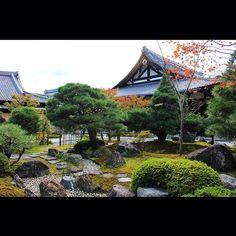 金戒光明寺( ´ ▽ ` )ノ✨ 金戒光明寺(こんかいこうみょうじ)は「くろ谷さん」の名で親しまれる浄土宗大本山。 新選組誕生の地です。 #日本#京都#寺#庭園#金戒光明寺#新撰組#くろ谷さん #Japan#Kyoto#temple#japanesegarden#Konkaikomyoji#Shinsengumi#kurodani Zen Rock Garden, Japanese Temple, Kamakura, Temples, Kyoto, Castles, Architecture, House Styles, Arquitetura