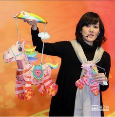 因為今年元宵與西洋情人節同一天,因此設計製作小提燈的林佳葦「超萌馬」,特別在小馬身上加入「2014」的愛心元素,希望每個人都能與心愛的人共賞花燈。(王爵暐攝)