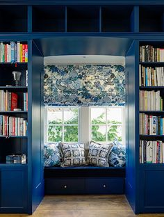 Čtecí koutek s posezením u okna roubí dvojice knihoven.