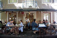 Terraza del restaurante Pão de Canela, en la plaza de las Flores (Lisboa).