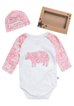 ¡Consigue este tipo de camiseta interior de Noé & Zoë ahora! Haz clic para ver los detalles. Envíos gratis a toda España. Noé & Zoë RAGLAN + BEANIE SET Regalo recién nacido pink: Noé & Zoë RAGLAN + BEANIE SET Regalo recién nacido pink Ofertas   | Material exterior: 95% algodón, 5% elastano | Ofertas ¡Haz tu pedido   y disfruta de gastos de enví-o gratuitos! (camiseta interior, camiseta interior, interior, unterhemd, camiseta interior, tricot de corps, maglietta intima)