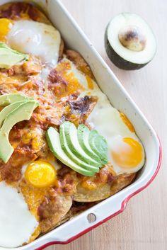 Huevos Rancheros Breakfast Casserole Recipe •theVintageMixer.com #breakfast #holidaybrunchrecipe #myharmons