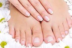 Cuando se trata del cuidado de la piel, los pies a menudo se descuidan. Si no encuentras tiempo para ir a un pedicure, trata de llenar un recipiente con agua tibia; mojarlos durante alrededor de quince minutos (les puedes pasar el raspa-callos); luego, enjuagarlos y sécalos bien. Y, si consideras la cosmética de tus pies, simplemente aplica un poco de crema para el cuerpo para un tratamiento reparador fácil y rápido.