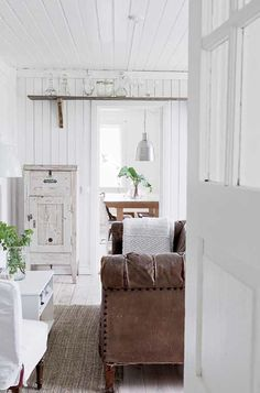 FleaingFrance.....shelving above the doors. love the all white with brown leather. Makes it light and comfortable.