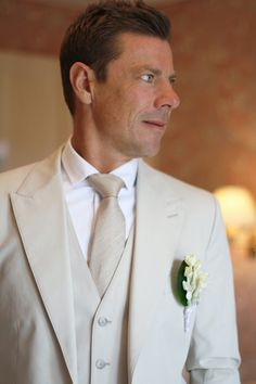 Hélène & JeanStephan   Film & Photography - @mariemarrymeinc   Wedding Planner & Designer - @HappilysEvents #boutonniere #groom #marié #nude #cru #natural #costume #suit #mariage #wedding #cravate #tie #fleurs #flowers #vintage #chic #mariemarryme