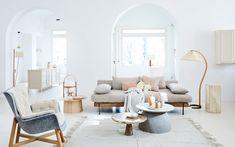4X ECOLICIOUS INTERIEUR • de meubels in deze lichte woonkamer zijn gemaakt van organische materialen en duurzaam geproduceerd. De grijze bank en blauwe stoel, gecombineerd met blank hout, zorgen voor een eco-de-luxe interieur. Bekijk hier onze duurzame stylingtips   Living room with ecological materials    vtwonen 05-2019   Styling Cleo Scheulderman   Fotografie Jeroen van der Spek #ecologisch #woonkamer #livingroom
