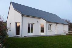 Située entre Coutances et la mer, cette maison de 106m² habitable est édifiée sur un sous sol elle est en parfait état ses 3 chambres sont équipées de placards, la cuisine est aménagée et équipée, elle est édifiée sur un terrain arboré de 913m².