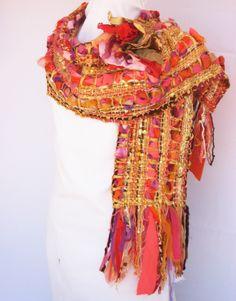 Luminoso chal rico en diversas texturas: trenzado de tul y géneros, lentejuelas, cintas e hilados.