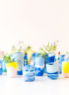 Try this DIY vase idea for using marbled clay to create miniature vases and containers for odds and ends. Click through for the tutorial. Clay Projects, Projects To Try, Energy Projects, Sewing Projects, Diy And Crafts, Crafts For Kids, Diy Bebe, Diy Planters, Diy Clay