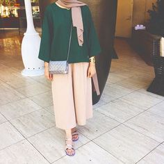 pulling off the travel wear outfit 💕 Hijab Fashion Summer, Abaya Fashion, Modest Fashion, Fashion Outfits, Iranian Women Fashion, Islamic Fashion, Muslim Fashion, Hijab Outfit, Hijab Mode Inspiration