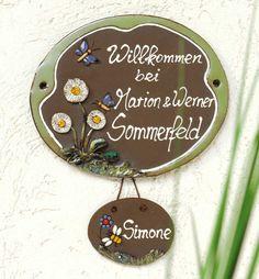 Beschriftetes Keramik Türschild Schmetterlinge mit Anhänger - Die Schmetterlinge fliegen um die Blumen und heißen Ihre Gäste willkommen. Wir fertigen das Namensschild individuell für Sie an. Bei Nachwuchs können Sie das Keramiktürschild mit einem zusätzlichen Anhänger erweitern, ideal auch für den Namen Ihrer Haustiere.