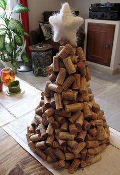 Met een lijmpistool is deze kerstboom van kurk in 1-2-3 gebouwd.  <span> - © Twitter</span>