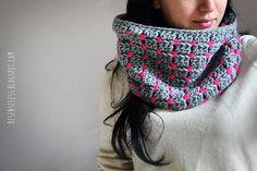 Pixel wooly gray & Schiaparelli pink  crochet cowl door airali