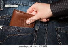 luis en manuel moesten tito manolo zijn portemonnee pakken zonder dat hij iets voelde.