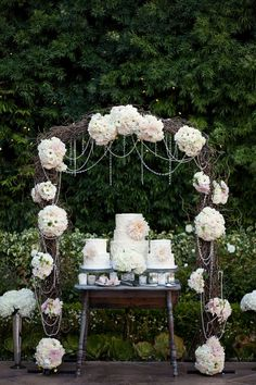 Love this - an #arch for a #rustic #wedding #cake