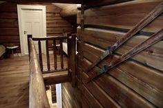 Hytta på Hafjell har blitt det motsatte av hva de har hjemme: En laftet tømmerhytte med mange pyntegjenstander og gamle interiørskatter. Chalet Interior, Mountain Cottage, Stairs, Cabin, Interiors, Future, Live, Wood, Inspiration