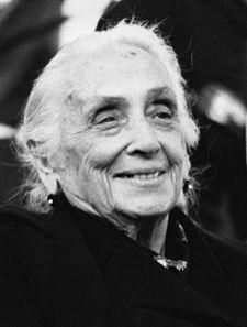 Dolores Ibárruri Gómez, llamada Pasionaria, fue una política española. Pasionaria destacó como dirigente política en la Segunda República Española y en la Guerra Civil. Histórica dirigente del Partido Comunista de España, a su lucha política unió la lucha por los derechos de las mujeres para demostrar que las mujeres, fuesen de la condición que fuesen, eran seres libres para elegir su destino.