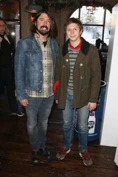 Log in - dave grohl & michael cera // too much good in one photo - Pretty Boy Swag, Pretty Boys, Micheal Cera, Michael Angarano, There Goes My Hero, Foo Fighters Dave Grohl, Awkward Pictures, Really Hot Guys, Nicholas Hoult