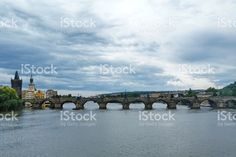 Charles Bridge and the Powder Tower in Prague foto stock royalty-free