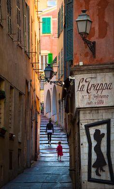 Vieille Ville, het schilderachtige wijkje in het westen van #Nice. Bekijk Nice van een andere kant en loop door de kleine straatjes en steegjes.