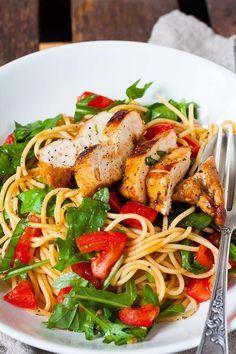 Bruschetta Chicken Pasta. Dieses 10-Zutaten Rezept ist schnell, herzhaft und verdammt gut. Saftiges Balsamicohähnchen, Pasta, geschmorte Tomaten und Ruccola -