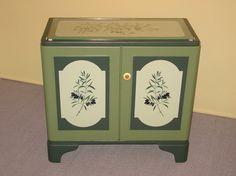 Kommode   U N I K A T      sehr schön !    Komplett renovierte alte Küchenkommode ( massive Holzbretter )  2 Türen neu mit Ornamentaufsätzen versehen.