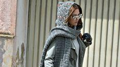 Mit unserer Anleitung können Sie ganz einfach einen kuscheligen Schal mit Kapuze häkeln! So sind Sie stylisch vor Wind und Wetter geschützt.