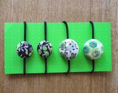 リバティのタナローンで作ったくるみボタンのヘアゴムです。重ね使いもかわいい4個セットです。ちょっとしたプレゼントにもいかがでしょうか?<素材> リバティー生地... ハンドメイド、手作り、手仕事品の通販・販売・購入ならCreema。