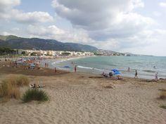 Alcoceber, playa de El Cargador con la Sierra de Irta al fondo. Pulse en la fotografía para ver #apartamentos_en_Alcoceber  Alcocéber, Alcossebre, Spain