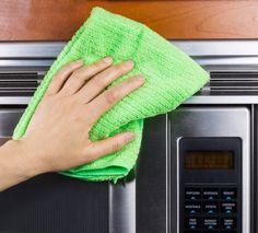 Aprenda passo a passo para limpar o micro-ondas corretamente