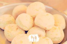 Pão de queijo de liquidifcador que é tão fácil de fazer quanto o congelado do mercado. Veja a receita http://fabiolenza.com.br/?p=1913