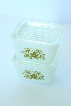 FOR SALE ON ETSY: two vintage Pyrex crazy daisy spring blossoms 401 fridgie refrigerator dishes with lids