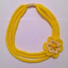 Sciarpa collana multifili in lana gialla e bianca a tricotin, con fiore all'uncinetto, fatta interamente a mano, by La piccola bottega della Creatività, 10,90 € su misshobby.com