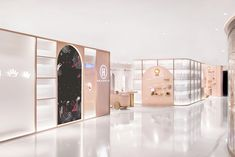 This click-and-mortar shop optimizes floor space by turning fitting rooms into hallways - News - Frameweb Dark Interiors, Shop Interiors, Shop Front Design, Store Design, Display Design, Web Design, Showroom, Fancy Store, Retail Interior