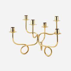 Josef Franks moderniserade den klassiska kandelabern 1934. Med mjuka svängda former placerade han ljusarmarna direkt på bordsytan. - Ljusstake 6-Armad, Mässing, Josef Frank