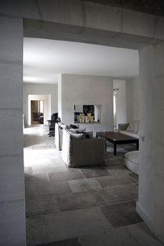 Salon et cheminée Provence Bonnieux Luberon bosc architectes - Sophie Bosc Decoratrice Architecture Design, Furniture Design, Sweet Home, Flooring, Living Room, Interior, Normandy, House, Decoration
