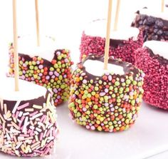 Chocolate marshmallows for a gourmet snack! Chocolate Covered Marshmallows, Marshmallow Pops, Delicious Desserts, Dessert Recipes, Caramel Apples, Parfait, Kids Meals, Sweet Recipes, Sweet Treats