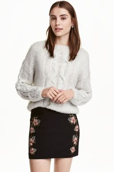 Embroidered skirt: Short skirt in woven fabric with embroidery on the front and a concealed zip in the side. Lined.