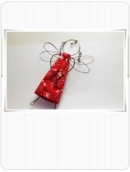 Engel i rød kjole, lagd av av wire. Hobbyscrap.no