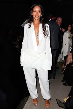 Rihanna looking FABULOUS! If RiRi is wearing it, her fans and the world want to know who and what. Check out Riahanna in all white at Mercedes Benz Fashion Week Estilo Rihanna, Mode Rihanna, Rihanna Style, Rihanna Fenty, Rihanna Fashion, Rihanna Outfits, Look Fashion, Fashion Show, Fashion Outfits
