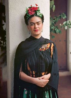 """A """"prettier"""" adaptation of Frida Kahlo's self-portrait has been circulating the internet. Frida's iconic look has been appropriated ever s… Diego Rivera, Frida E Diego, Frida Art, Tanz Poster, Art Espagnole, Karneval Diy, Nickolas Muray, Kahlo Paintings, Mexican Artists"""