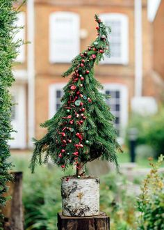 Do you dream of transforming your cocoon into a miniature Christmas village? We give you all the tips to choose the size of your Christmas tree according to the place you reserve for it, its price and its decorative look! Hygge Christmas, Christmas Porch, Magical Christmas, Noel Christmas, Outdoor Christmas Decorations, Rustic Christmas, Simple Christmas, Xmas Tree, Christmas Wreaths