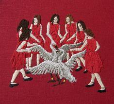 Basée à Los Angeles, l'artiste américaine Michelle Kingdom crée des dessins miniatures en broderie qui représentent des scènes mythologiques ou des personnages surpris en plein milieu de rituels étranges.
