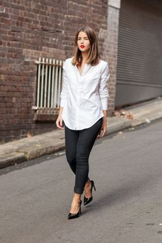 Sara Donaldson of #HarperandHarley debuts #JBRAND Photo Ready Denim with a perfect red lip.
