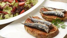 Karlos Arguiñano prepara unas tostas de pan con sardinas a la plancha y puré de tomate deshidratado. Para acompañar, una ensalada de lollo y fresas. Es un plato recomendado para personas con colesterol o estreñimiento.