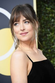 Dakota Johnson (gorgeous actress) in a sensual black Gucci gown, attends the red carpet at the 2018 Golden Globes Awards, held at the Beverly Hilton Hotel on January 2018 in Beverly Hills, California, United States of America. Front Bangs, Wispy Bangs, Nicole Kidman, Celebrity Hairstyles, Hairstyles With Bangs, Female Hairstyles, Hair Inspo, Hair Inspiration, Pelo Natural