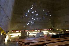 光が織りなす旋律。ル・コルビジェが設計した「サン・ピエール教会」が美しい