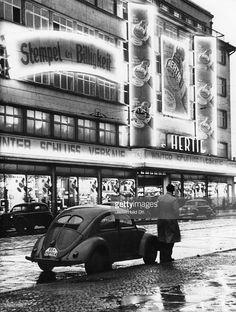Winterschlussverkauf im Kaufhaus Hertie an der Chausseestrasse Aussenansicht.. 1953